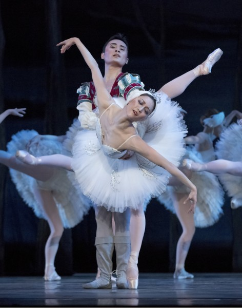 Yuka Iino as Odetta and Yang Zho as Prince Siegfried. Photo: Blaine Truitt Covert