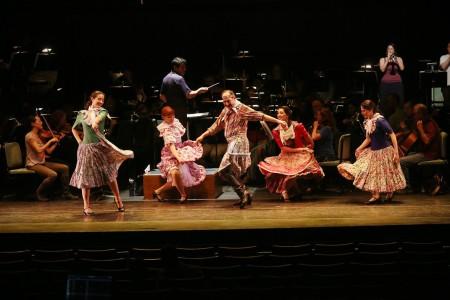 Garth-Bedoya leads Zaraspe dancers and Eugene Symphony members in rehearsal for Thursday's concert.