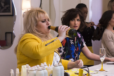"""(L-r) REBEL WILSON as Robin and DAKOTA JOHNSON as Alice in New Line Cinema's, Metro-Goldwyn-Mayer Pictures' and Flower Films' comedy """"HOW TO BE SINGLE,"""" a Warner Bros. Pictures release. Photo by Barry Wetcher"""