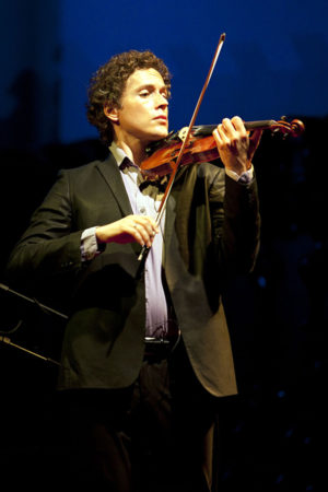 Tim Fain joins Portland Chamber Orchestra in music by Mendelssohn and Kenji Bunch. Photo: Beto Figueiroa/SantoLima.